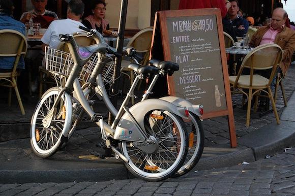 Your Boyfriend's Guide to Paris: Parking your Velib at a café
