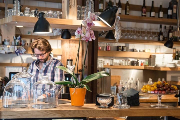 Inaro, Bar
