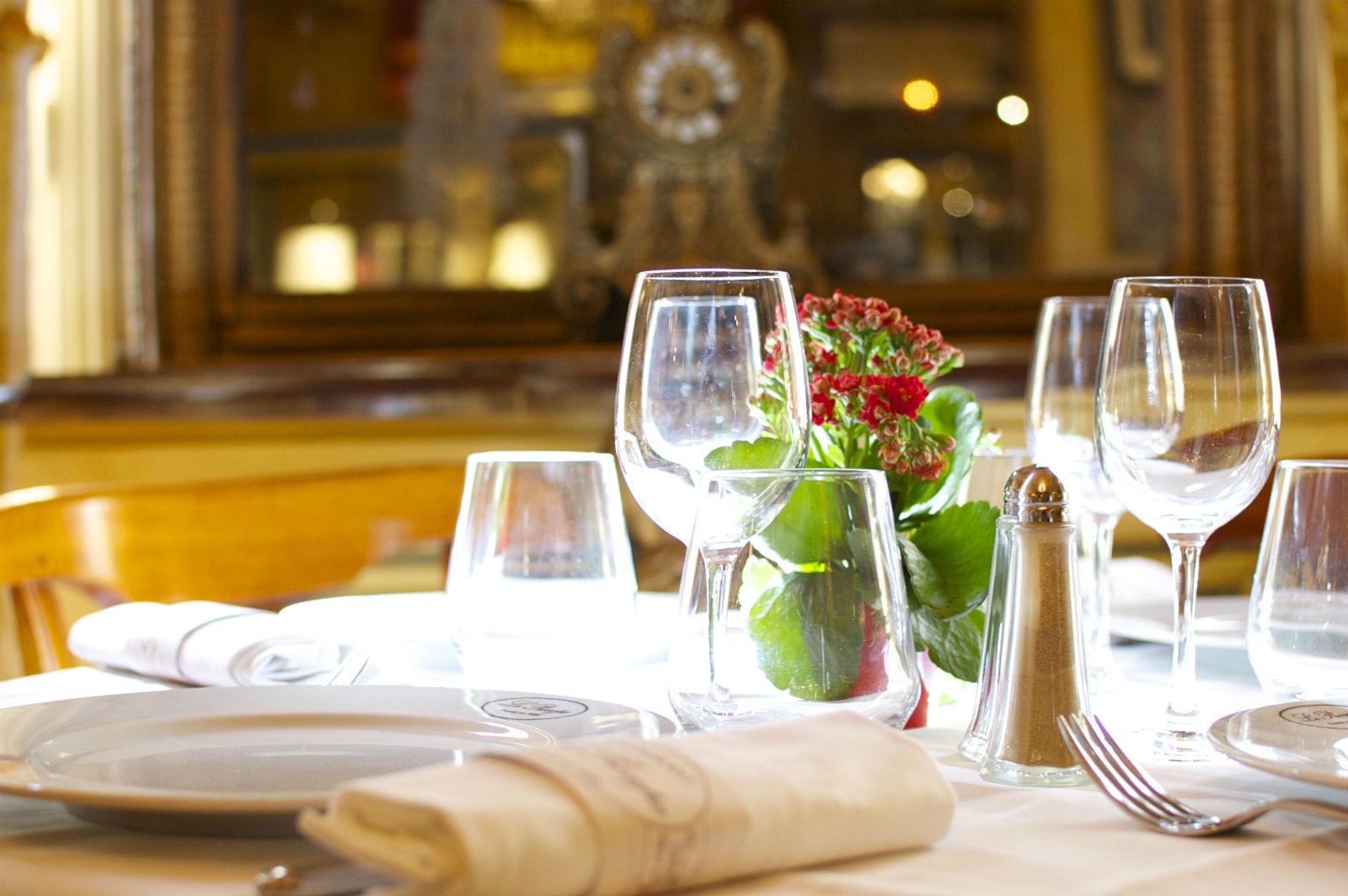 Hip paris blog le procope a paris dining experience for 13 a table paris