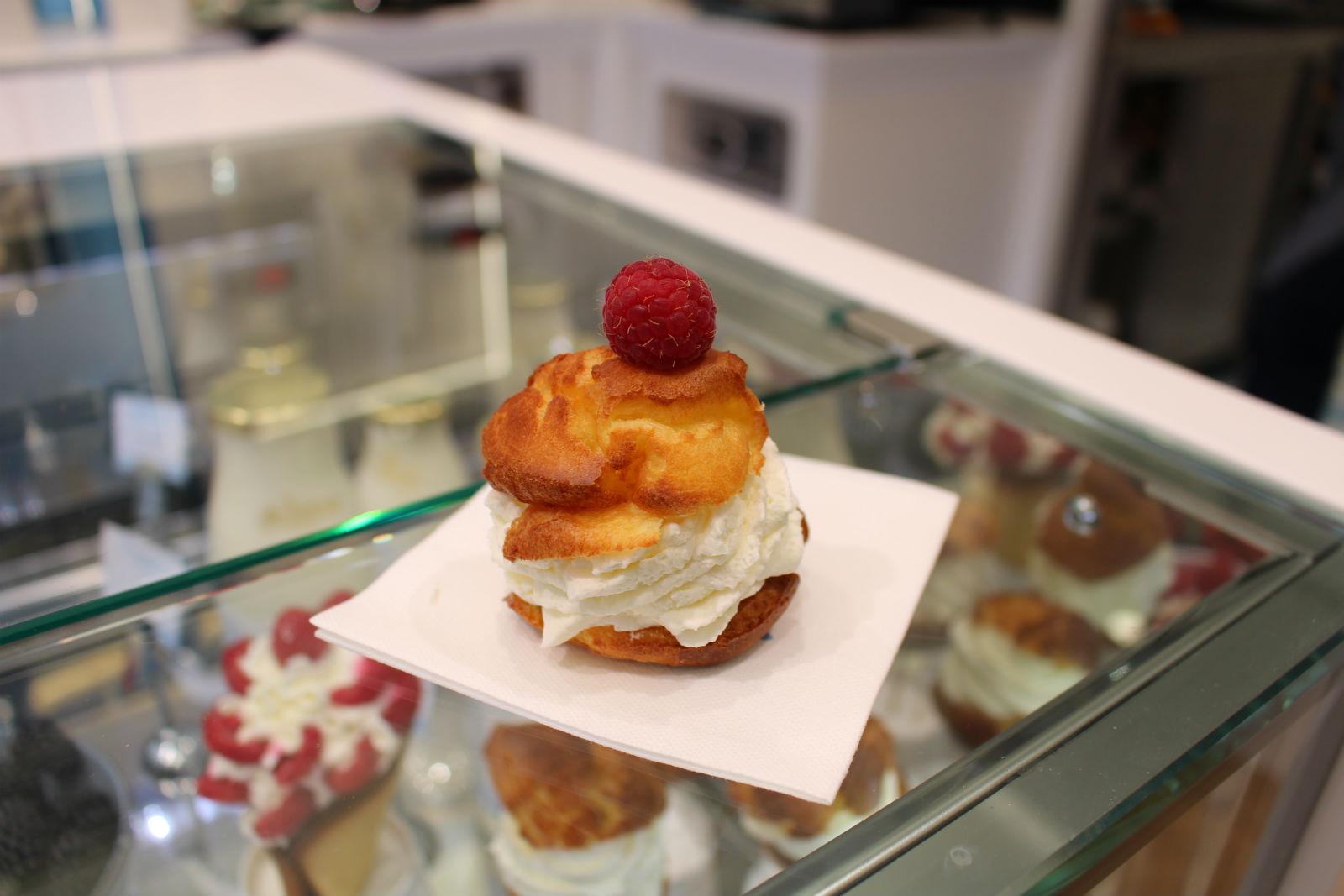 HiP Paris blog. Maison de la Chantilly. Choux filled with cream right before your eyes