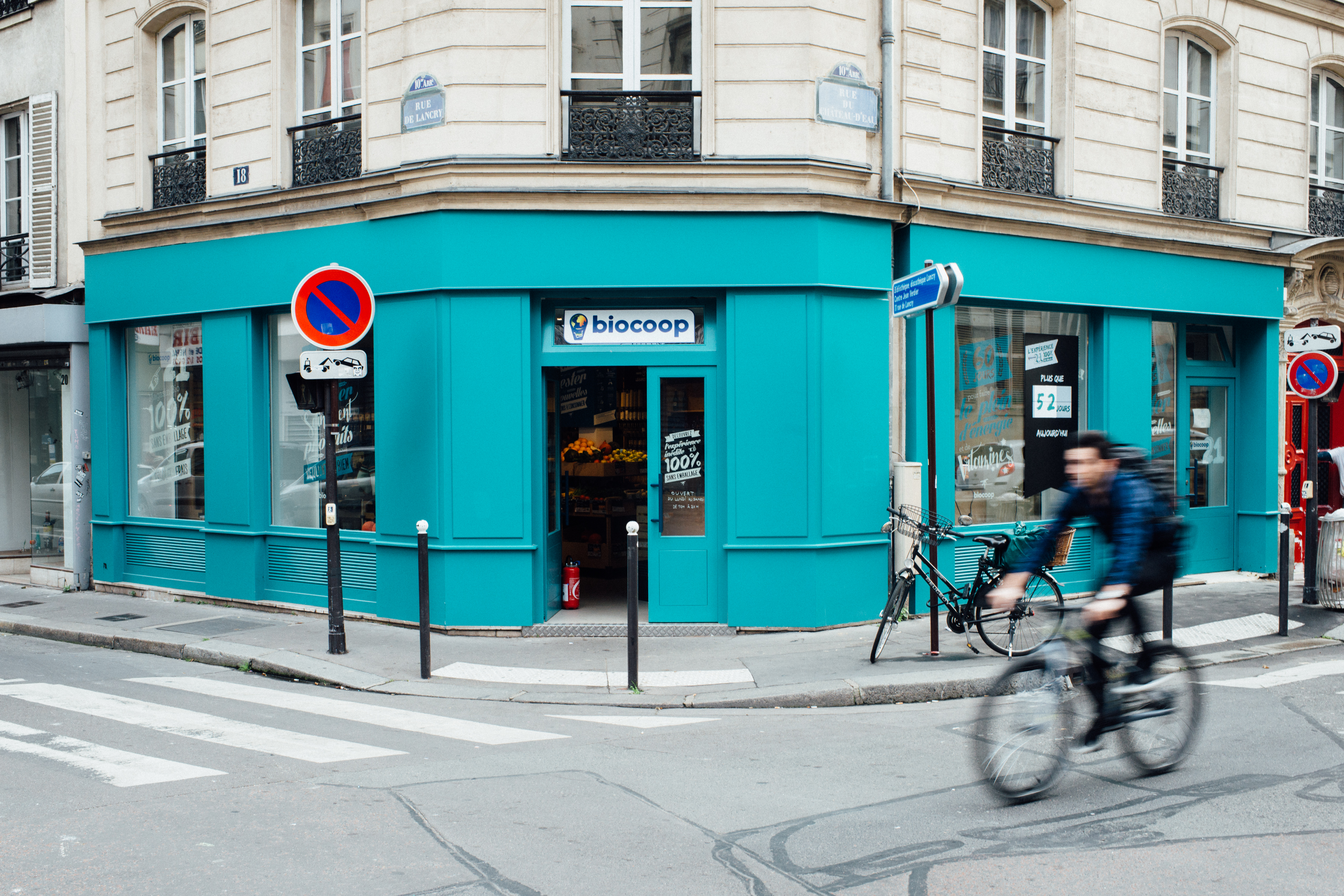HiP Paris blog. BioCoop 21, Paris' first bag-free organic bulk shop. The bright façade draws the eye and invites you in.
