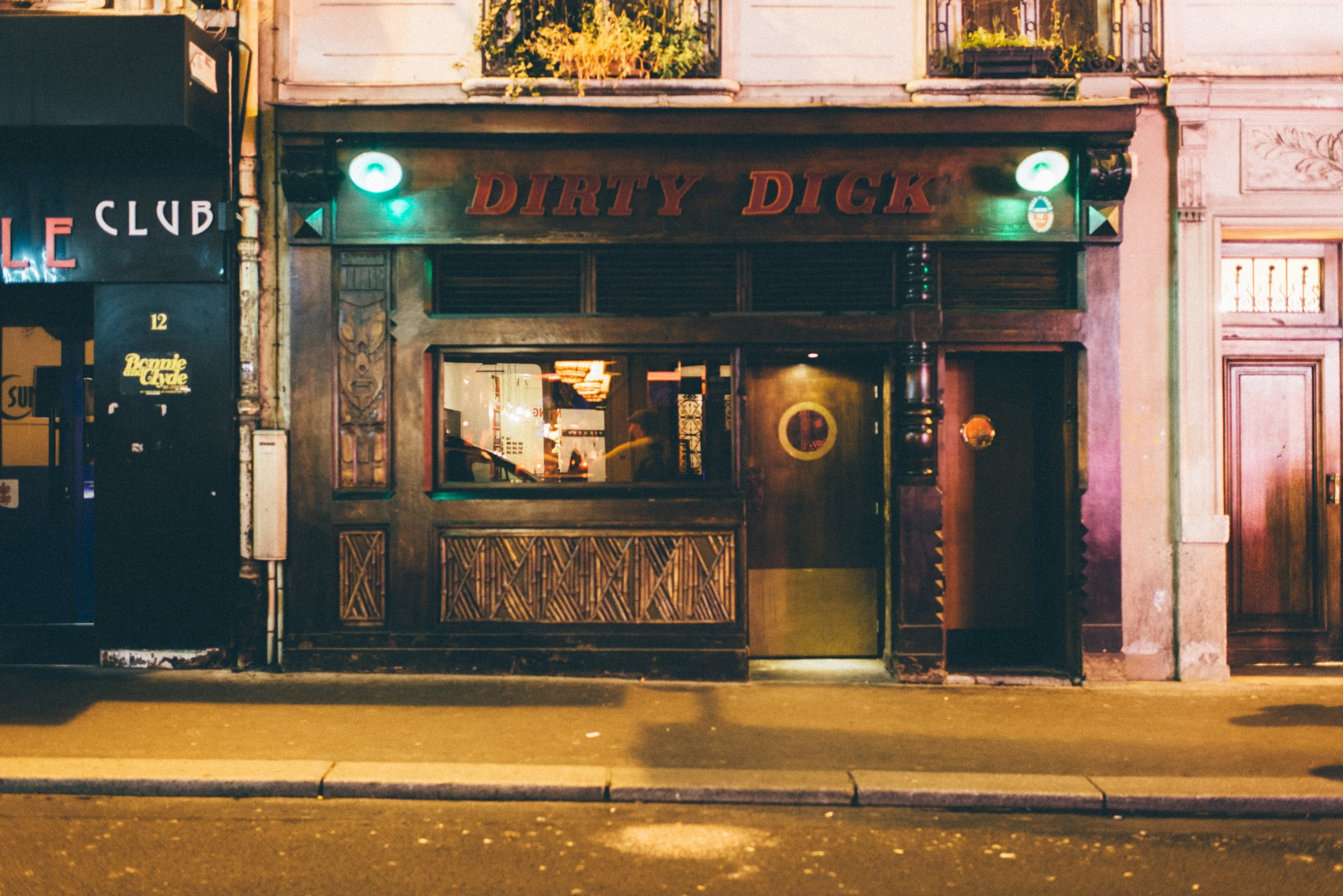 HiP Paris blog. The 3 most outrageous cocktails in Paris. Street view of Dirty Dick, 10 rue Frochot. Photo by Jean-Marie Heidinger.