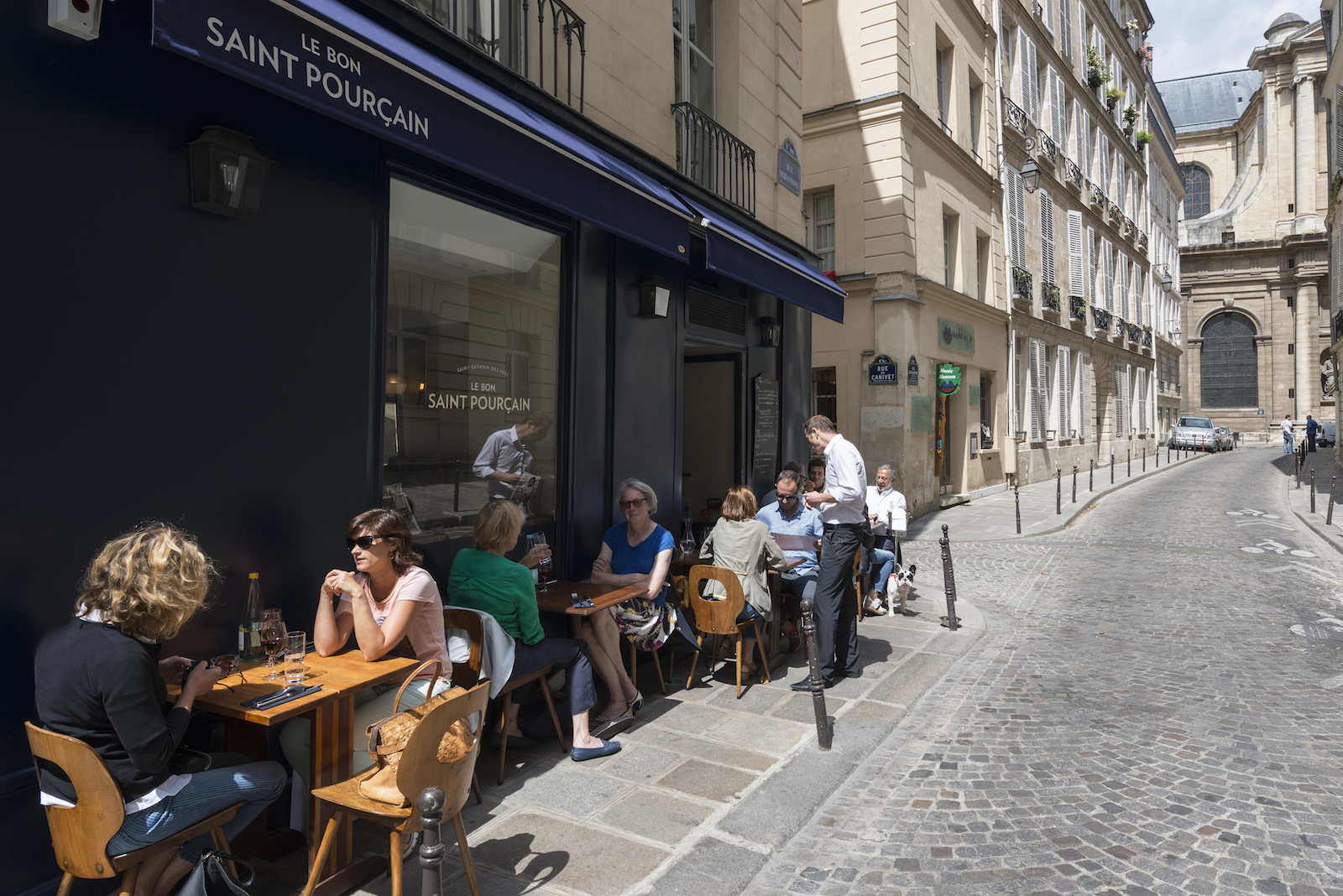 HiP Paris blog. Discovering Saint Sulpice. Le Bon Saint Pourçain bistrot on rue Servandoni.