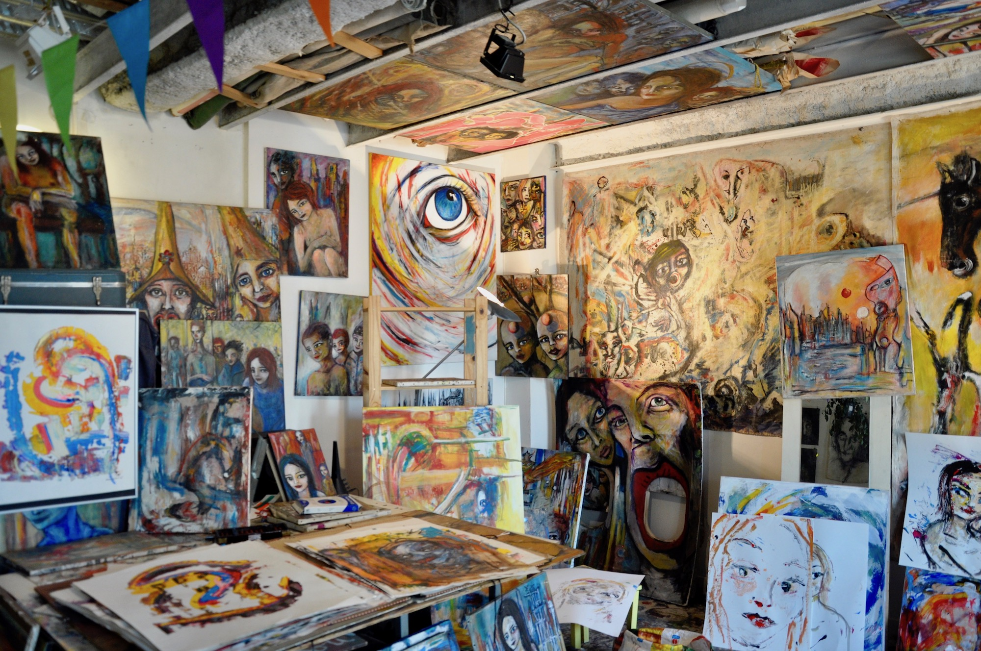 HiP Paris Blog discovers the many artist squats in Paris like Espace 33 which is full of paintings by various artists.